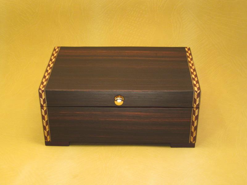 """Caja de Música Modelo """"Australia"""" en madera de Ébano con marquetería."""