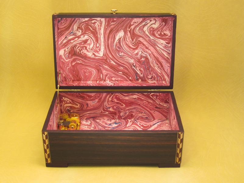 """Caja de Música Modelo """"Australia"""" interior forrado en papel de aguas."""