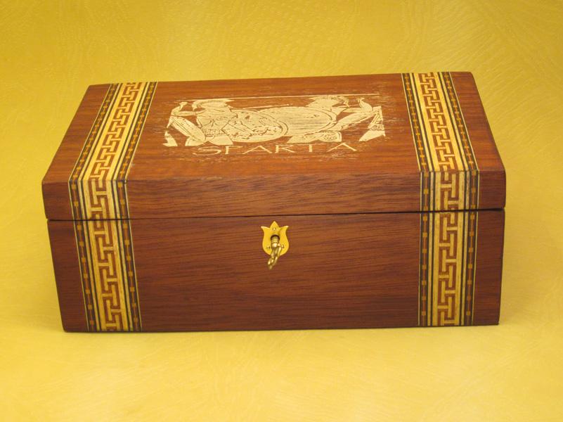 """Caja modelo """"Sparta"""" en madera de caoba con marquetería y grabado clásico."""