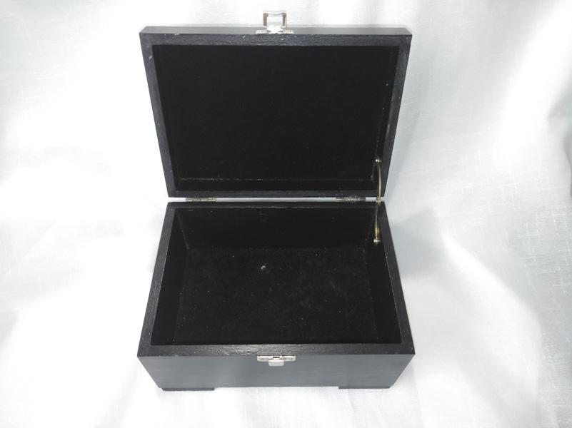 Caja lacada en negro interior forrado en terciopelo negro.