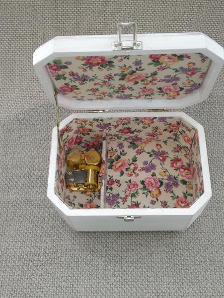Caja de música interior forrado en tela de algodón con motivos florales.