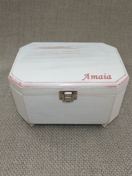 Caja de música lacada en blanco con decapé y pátina rosa personalizada con el grabado del nombre.