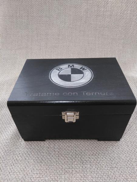 Caja personalizada con anagrama del cliente.