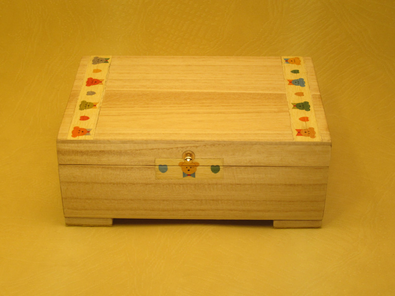 Caja de música infantil con marquetería de ositos. Cajas de musica infantiles.