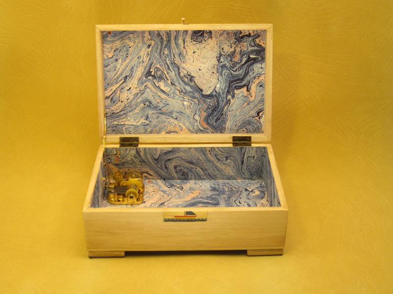 Caja de música Interior forrado en papel de aguas.