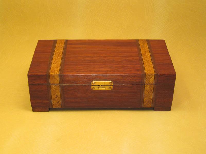 """Caja de música modelo """"Brandy"""" en madera de caoba con marquetería."""