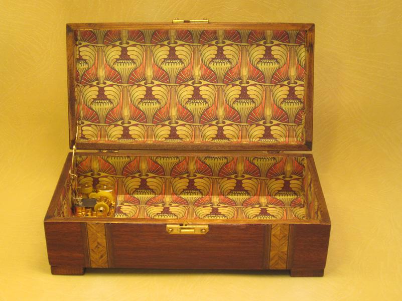 "Caja de música modelo ""Brandy"" interior forrado papel Artdecó"