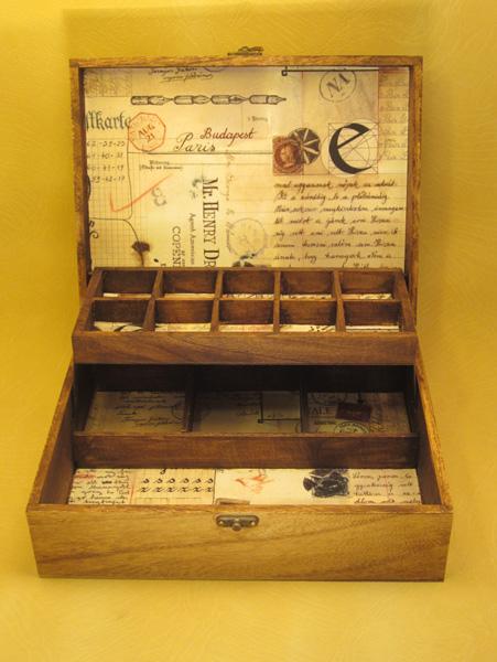 "Escritorio modelo ""Carta Postal 2""interior forrado en papel motivos postales."
