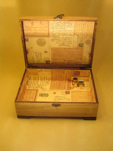 """Escritorio modelo """"Carta Postal"""" con papel forrado motivos carta postal."""