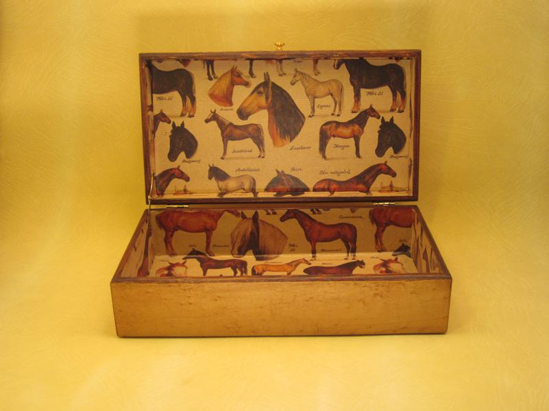 """Caja modelo """"Equestre"""" interior forrado en papel motivos caballos."""