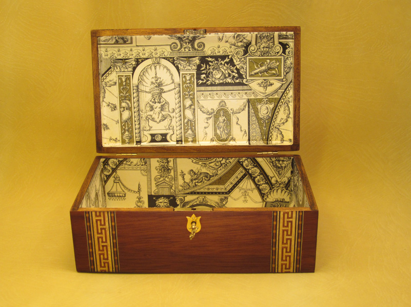 """Caja modelo """"Sparta"""" interior forrado en papel motivos clásicos."""
