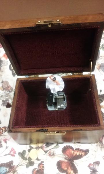 Caja de Música en madera de nogal con bailarina personalizada con el nombre en marquetería de arce blanco.
