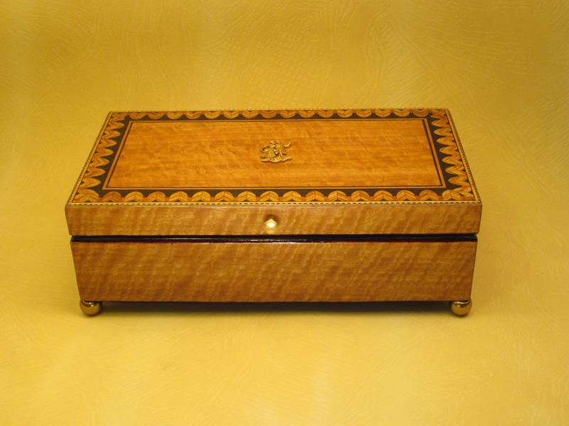 """Caja modelo """"Imperio"""" En madera de Arce con marquetería e incrustaciones de latón."""