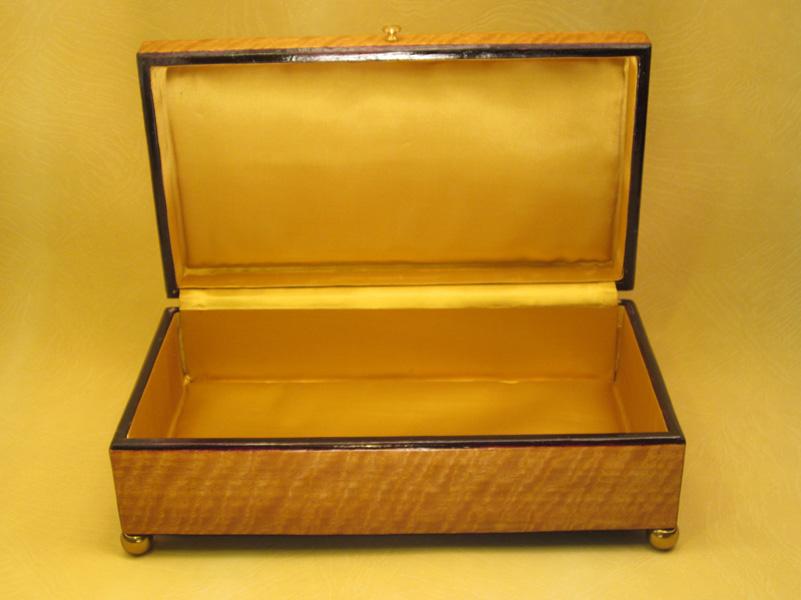 "Caja modelo ""Imperio"" interior forrado en raso oro."