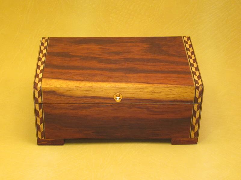 """Caja de Música modelo """"Musical"""" en madera de Palorrosa y con marquetería."""