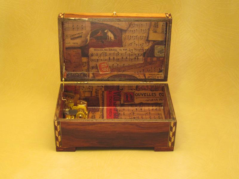 """Caja de música modelo """"Musical"""" Interior forrado en papel con motivos musicales."""