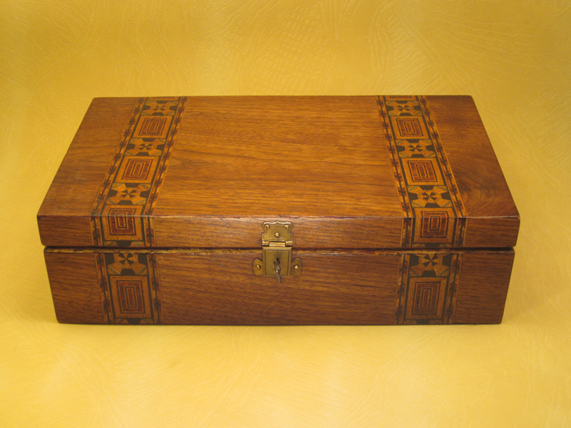 """Escritorio modelo """"Tunbridge"""" en madera de nogal con marquetería."""
