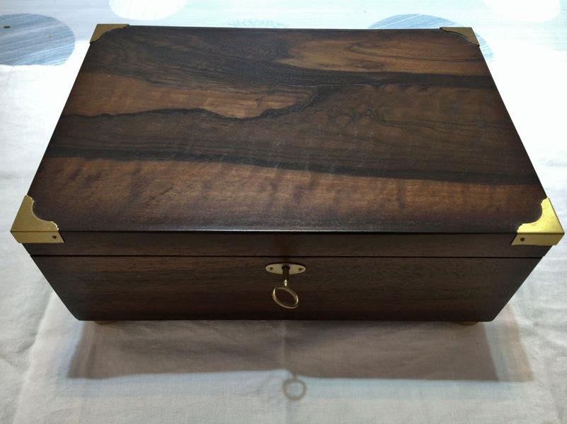 Caja personalizada en madera de palorrosa con herrajes de latón.