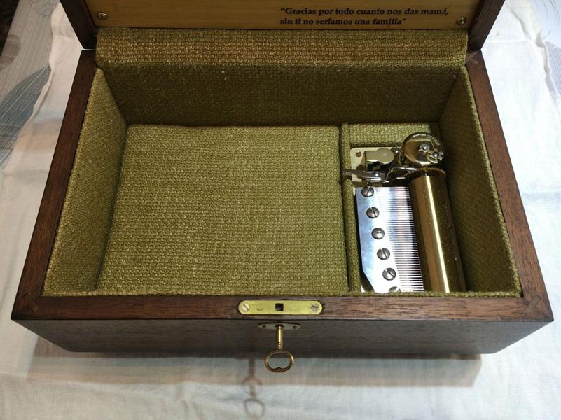 Caja personalizada en madera de palorrosa interior forrado en tela. Con mecanismo musical Sankyo de 70 notas y tres melodías.