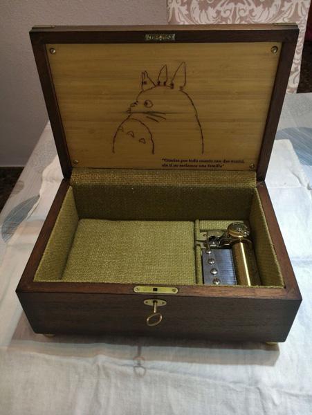 """Caja personalizada en madera de palorrosa con grabado interior de comic manga """"Toto"""" y dedicatoria por encargo del cliente. Cajas musicales personalizadas."""