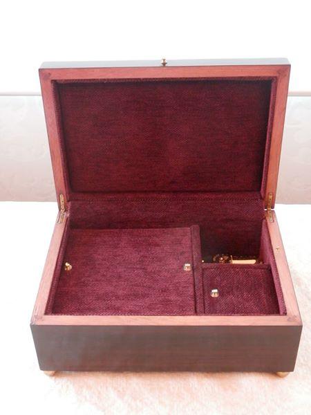 """Caja personalizada en madera de ébano. Interior forrado en terciopelo granate y con mecanismo musical de 30 notas . Música """"Lilium"""" del Manga """"Elfen Lied"""". Cajas musicales personalizadas."""