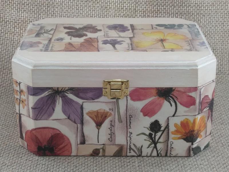 Caja de música con motivos florales por encargo del cliente.