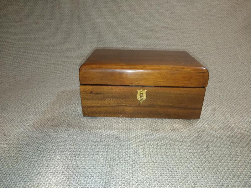 Caja de música personalizada en madera de Palosanto y con las iniciales en marquetería.