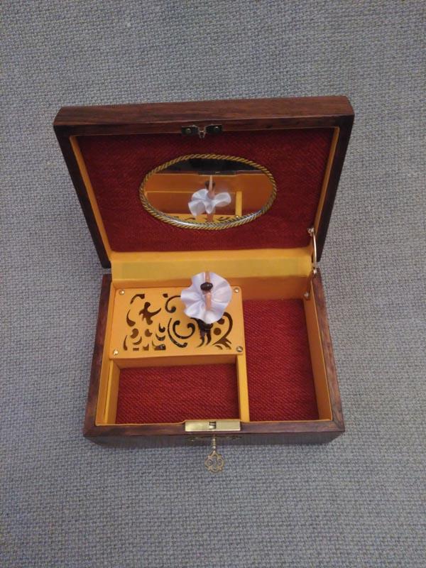 Caja de música personalizada interior en terciopelo y algodón del Nilo.