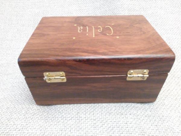 Caja de música personalizada en madera de palorrosa con marquetería.