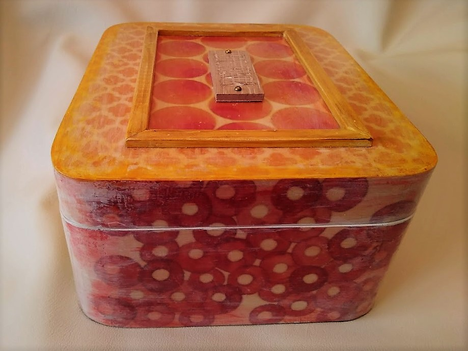 Caja personalizada multicolor.